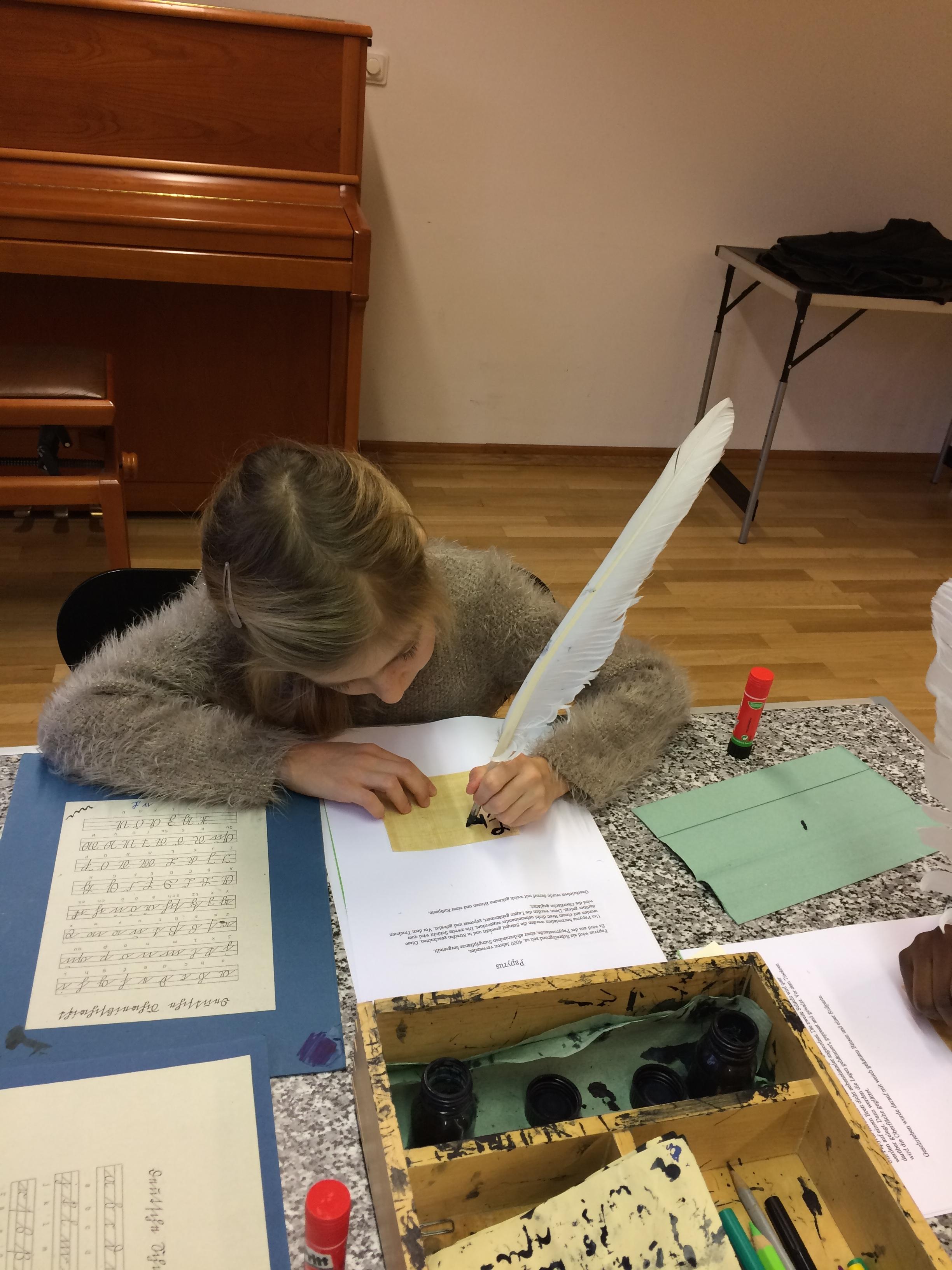 Auch Emilia gibt sich viel Mühe bei der Schönschrift mit Tinte und Feder.