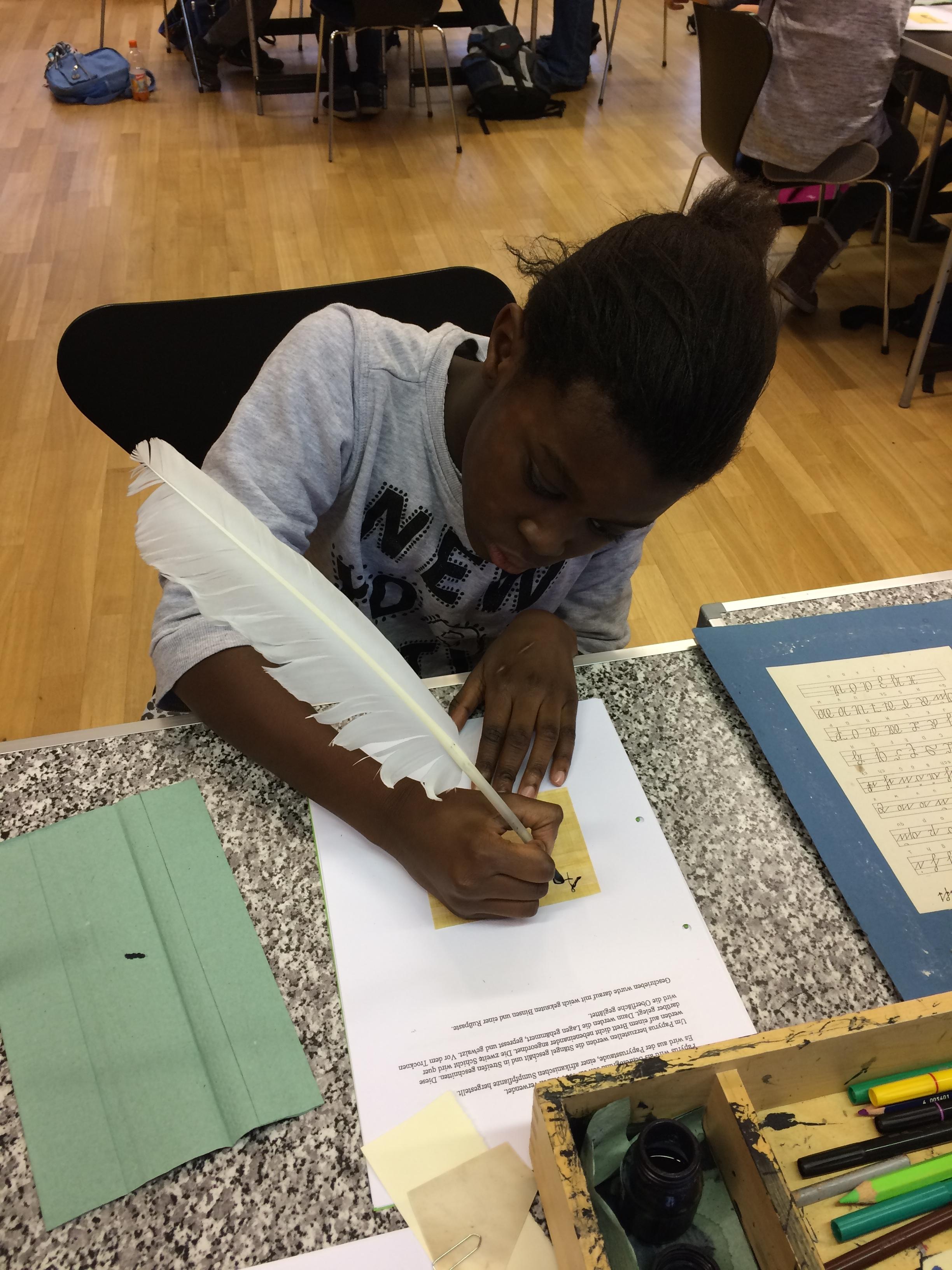 Fatu schreibt auf Papyrus.