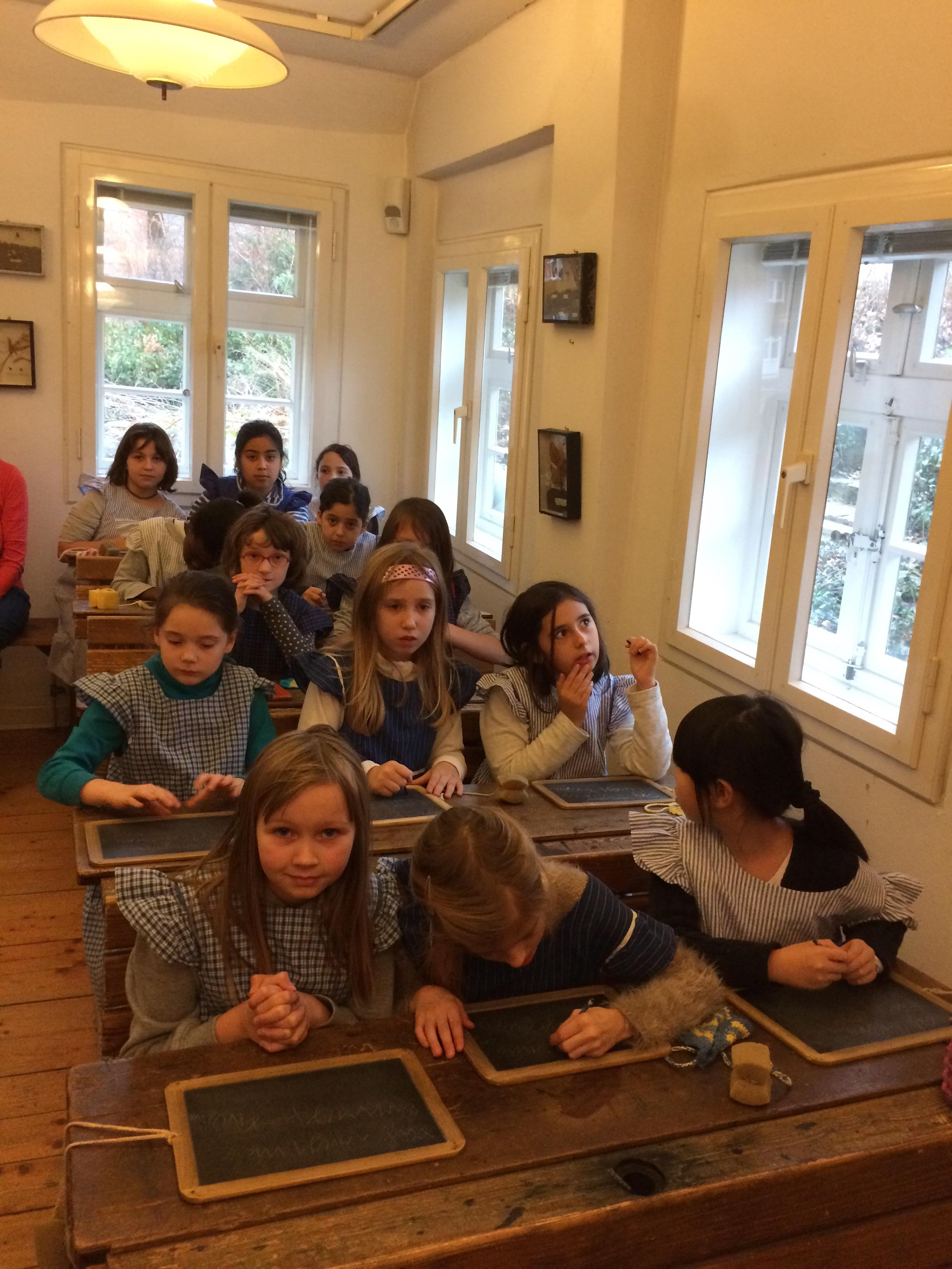 Im Klassenzimmer übten wir die alte deutsche Schrift auf echten Schieferntafeln